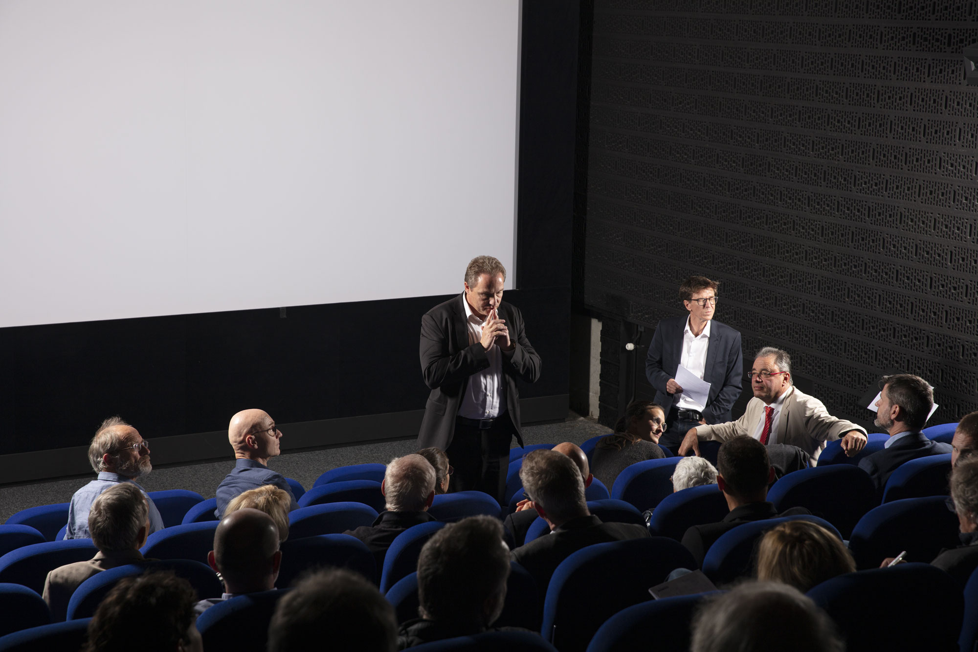Alain Sapin, Directeur énergie électrique, Groupe E, au centre de la discussion avec la salle. Attention maximale du public / © Maciej Czepiel